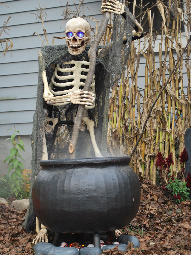 How to halloween yard haunting decorations and home made props - Mechanical Thg Cauldron Creep Completed